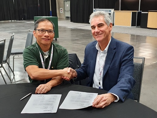 Chip Targets Business Manager, Peter Nguyen, signs the contract with JIACO Instruments CEO, Rene van Eijkelenburg, at the ISTFA 2019